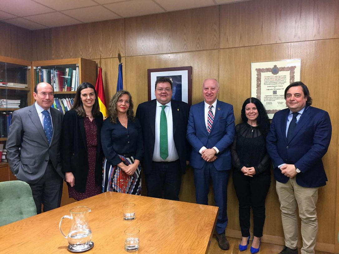 Faustino Blanco, Patricia Lacruz y Cristina González del Yerro reciben a representantes de la Ortopedia